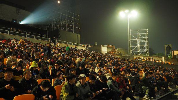 1500人を収容するプレミア会場は、超満員!