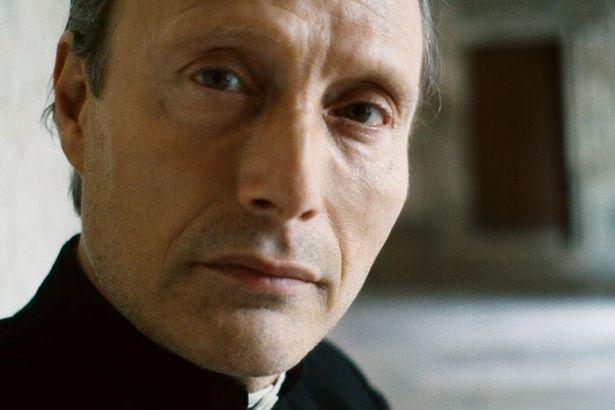 『永遠の門』でマッツはゴッホと対話をする聖職者を演じる