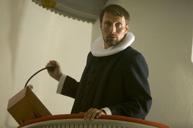 エキセントリックな聖職者のイヴァンをマッツが魅力たっぷりに演じる!(『アダムズ・アップル』)