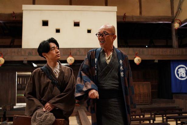竹中直人が青木富夫として、映画館の陽気な館主を演じている。