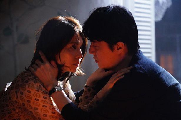 【写真を見る】色気を漂わせた表情も…石田ゆり子の演技に魅了される