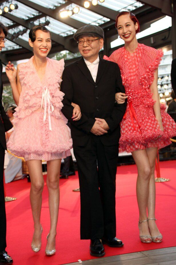 【写真を見る】『NO SMOKING』の細田晴臣は超ミニドレスの水原姉妹と登場。両手に花!