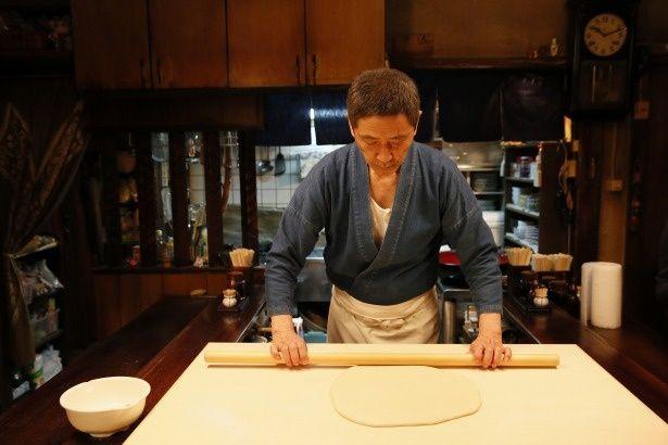 小林薫は、繁華街の路地裏に佇む昔ながらの食堂「めしや」のマスター役