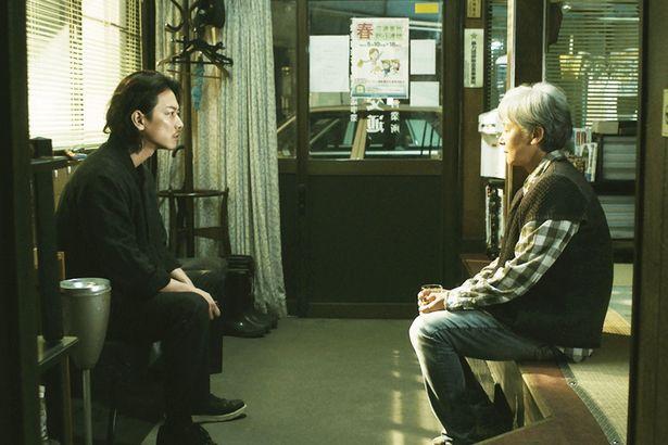 稲村家の母・こはる(田中裕子)は最愛の子どもたち三兄妹の幸せのため、愛した夫を手にかけた