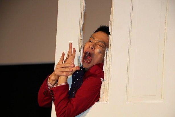 『シャイニング』の名シーンを再現した柳沢慎吾