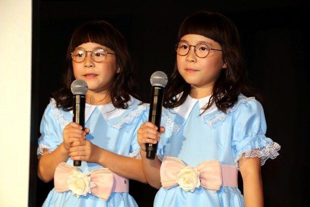 【写真を見る】双子タレント、りんか&あんなが、劇中の双子姉妹そっくりのコスプレで登場