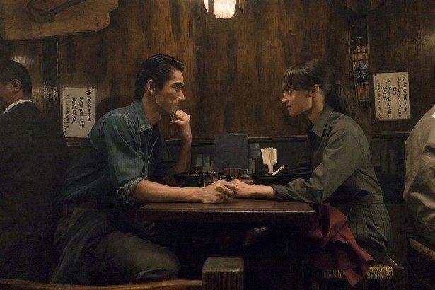 ルーシー(アリシア)は怪しげな日本人の写真家(小林直己)に惹かれていき…(『アースクエイクバード』)