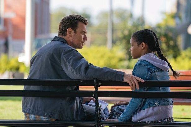 """トラウマに悩まされながらもなんとか生活を送るダニーの前に、彼と同じ""""シャイン""""を持つ少女アブラが現れ…(『ドクター・スリープ』)"""