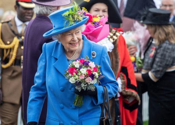 ブルーはエリザベス女王もお気に入りのカラー