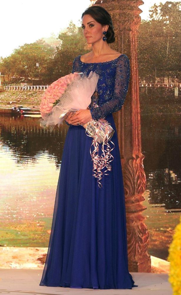 手縫いのビーズが施されたロイヤル・ブルーのイブニングドレスで華やかに