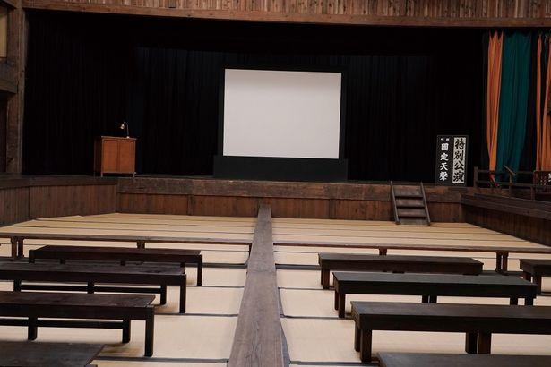 福島の旧廣瀬座という国指定重要文化財を使用した靑木館の内部