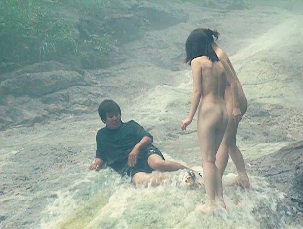 【写真を見る】裸の女の子たちに熱烈演技指導!服のまま川に入ったりとエロスにかける情熱がハンパない!