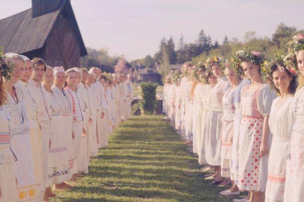 純白の民族衣装を着た村人たちに主人公ダニーら5人は大歓迎を受ける、が…