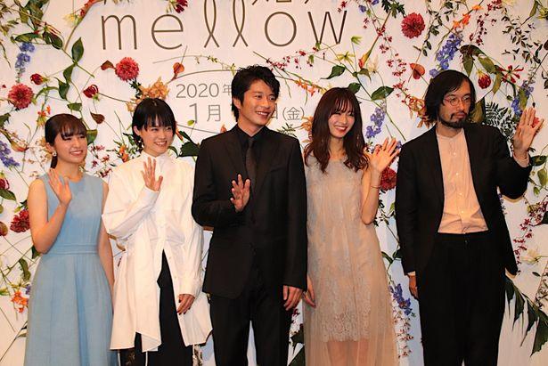 【写真を見る】岡崎紗絵はシースルードレス!『mellow』完成披露舞台挨拶の様子