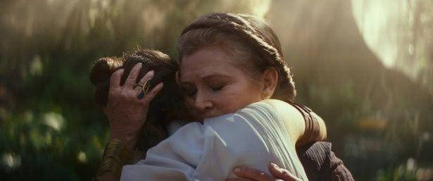 いまは亡きレイア役のキャリー・フィッシャーも登場