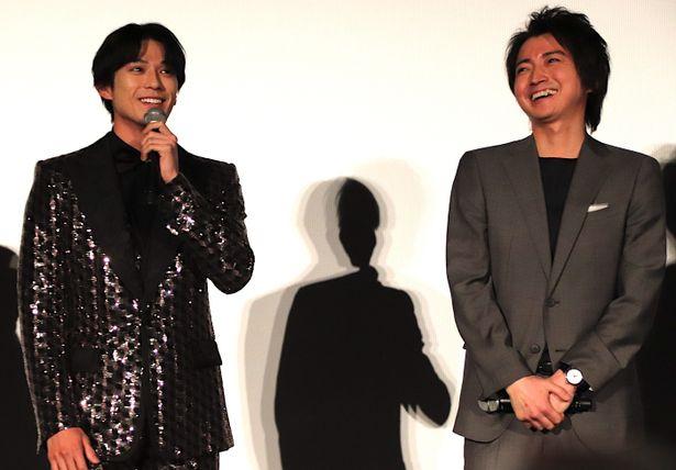 【写真を見る】藤原竜也、新田真剣佑のキラキラド派手スーツにツッコミ「スターがいる」