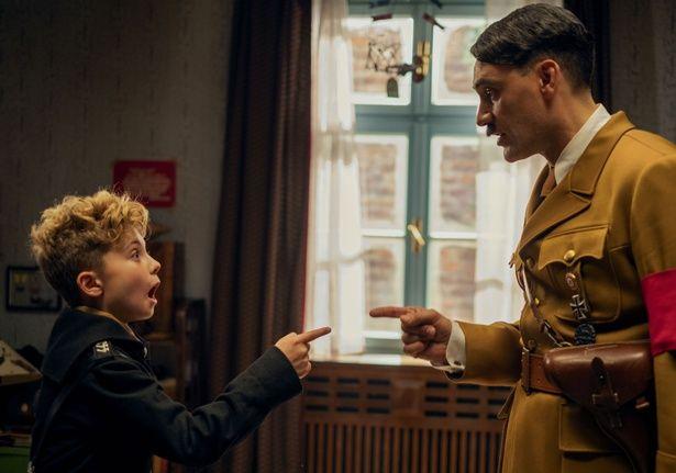 """少年と彼のイマジナリー・フレンド""""ヒトラー""""とのやり取りが微笑ましい!『ジョジョ・ラビット』"""