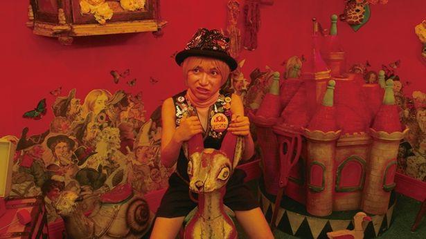殺し屋キッド(本郷奏多)の個室は、子供部屋とサーカスの要素をミックス
