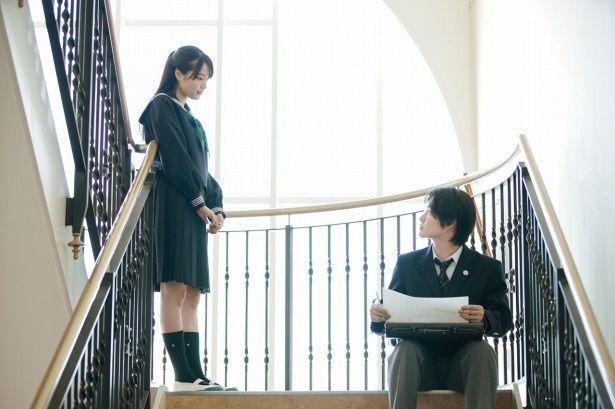 広瀬すずは現代を生きる鮎美役と高校時代の回想シーンでの未咲役を、一人二役で演じた