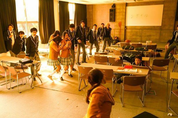 自殺シグナルで変貌するクラスメイトの姿に周囲は大混乱!