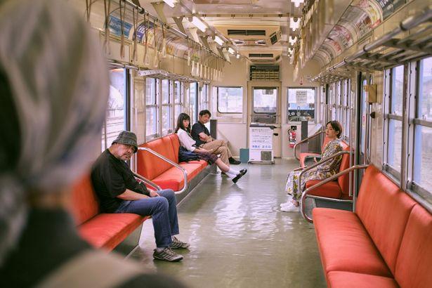 電車で偶然居合わせた4人の乗客の人生を描く本作