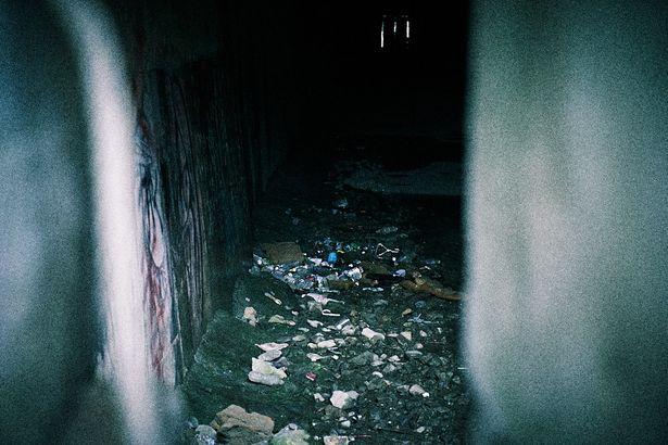 旧犬鳴トンネルの内部は多数のゴミが捨てられている