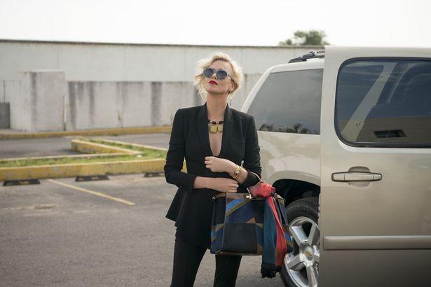【写真を見る】シャーリーズ・セロンの素肌あらわなオフィスファッション<写真11点>