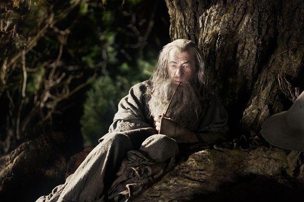 『ホビット 思いがけない冒険』(12)より、パイプ草を吸いながら佇む灰色のガンダルフ