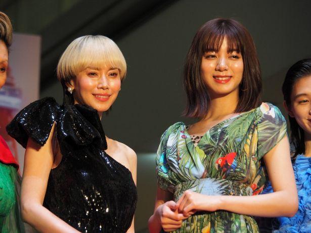 ゴージャスなドレスで登場した主演の中谷美紀と池田エライザ