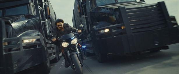 「ミッション:インポッシブル」シリーズを彷彿とさせるバイクアクションも!