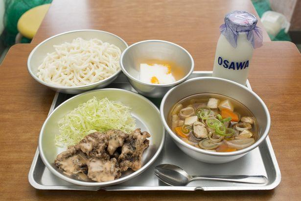 ソフト麺、鯨肉の竜田揚げ、ミルメーク…みんなが大好きな懐かしい給食が登場!