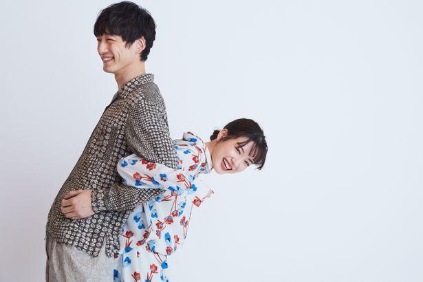 【写真を見る】永野芽郁、坂口健太郎を背中に乗せてヨイショ!2人で笑顔を弾けさせた