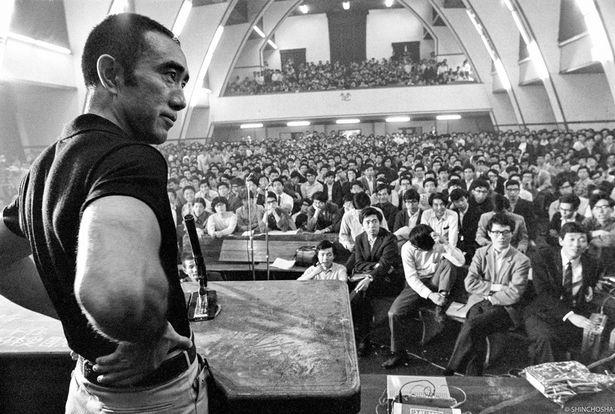 東大駒場キャンパスの900番号室に集まった、1,000人を超える学生たちと繰り広げた討論会の真相が明らかに!(『三島由紀夫vs東大全共闘 50年目の真実』)