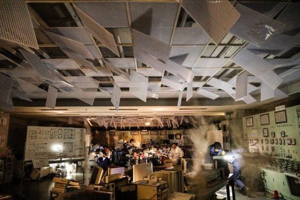 激震のあと、天井が崩れ、悲惨な状態となった緊急時対応室