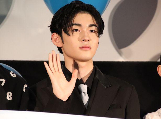 【写真を見る】指も長い!手を振った市川染五郎