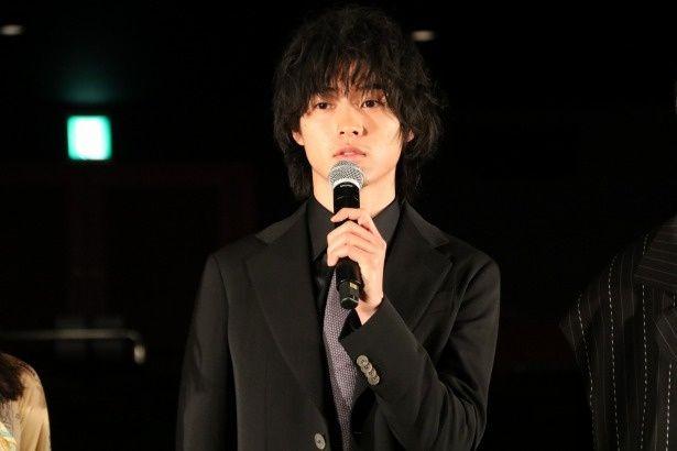 『劇場』の完成披露イベントに登壇した山崎賢人
