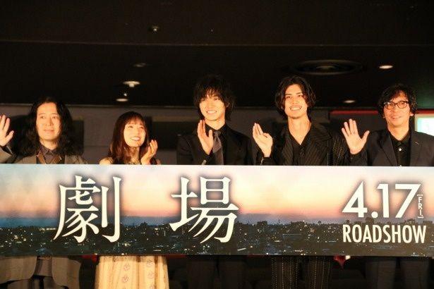 【写真を見る】最後に山崎賢人たちが笑顔で手を振った