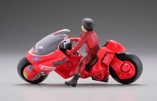 びっしり貼られたステッカーなど細かいところまで再現された金田のバイク