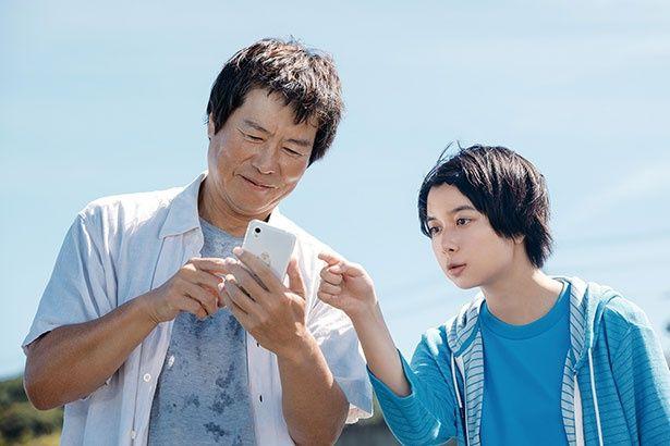 豊川悦司は美波が幼い時に離婚し行方不明となった実の父を演じる