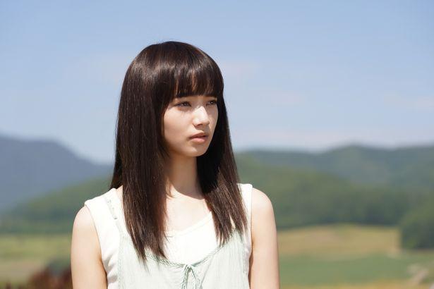 北海道・美瑛の景色をバックにあどけない葵の姿が映える…