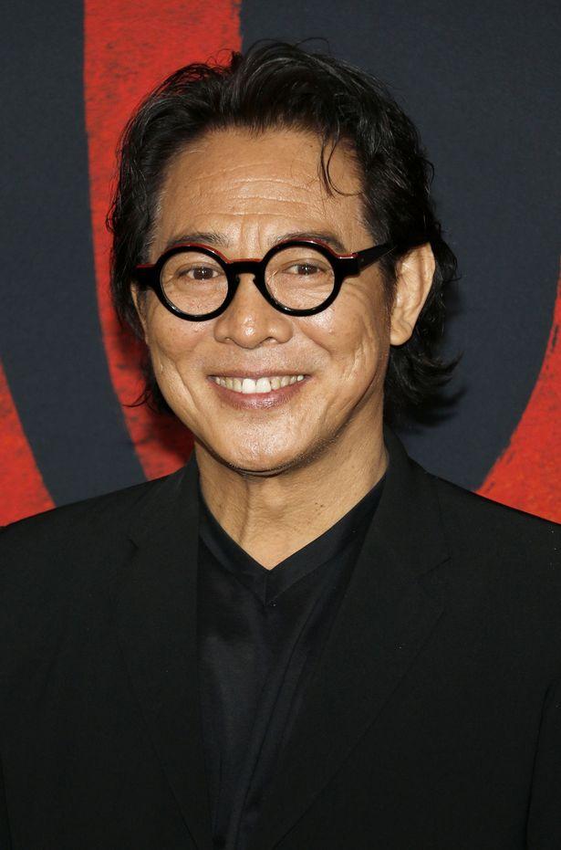 『ムーラン』のワールドプレミアにメガネをかけて登場したジェット・リー