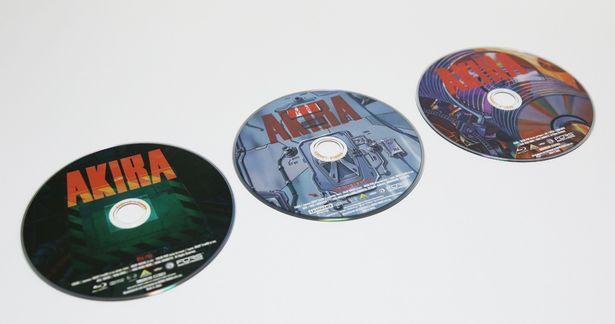 左から、本編Blu-rayディスク、4K ULTRA HD Blu-ray版の本編ディスク、特典Blu-rayディスク