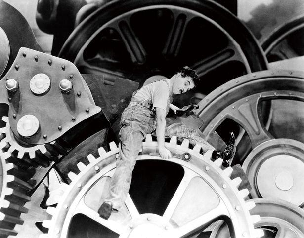 """【写真を見る】各年代の映画が描いた""""未来""""をチェック!写真は『モダン・ タイムス』(36) チャプリンは初のトーキー作品に、機械文明に対する批判的な思想を込めた"""