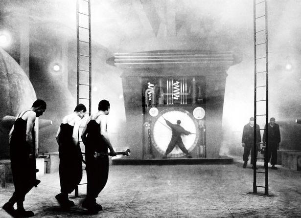 『メトロポリス』(26) 超高層ビルが立ち並ぶ、優雅だが無機質な未来都市の繁栄を支えていたのは地下の労働者たち。曲線が美しい女性型ロボット、マリアのデザインも秀逸だ