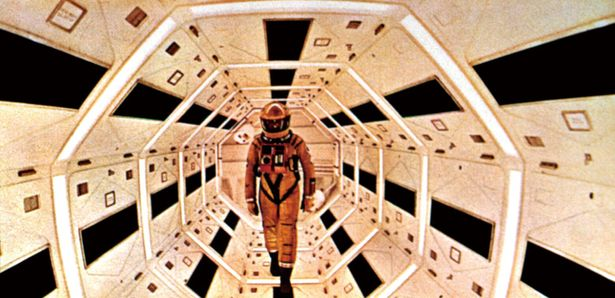 """『2001年宇宙の旅』(68) 太古の猿人から人工知能搭載の宇宙船内の""""事件""""、さらにその先まで、スタンリー・キューブリック監督が描き出す"""