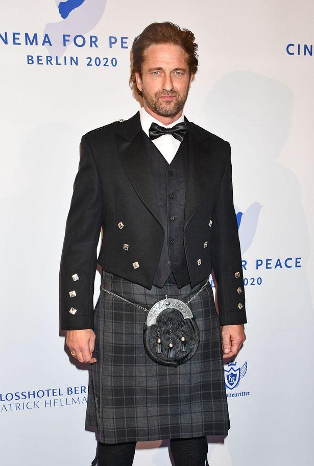 【写真を見る】母国スコットランドの正装に身を包むフォーマルなジェラルド・バトラー