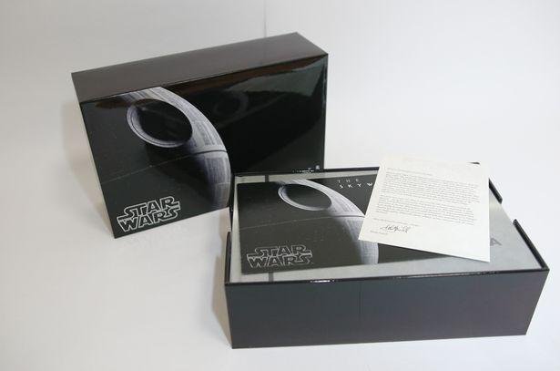 BOXを開けると、なにやら白い紙が…?
