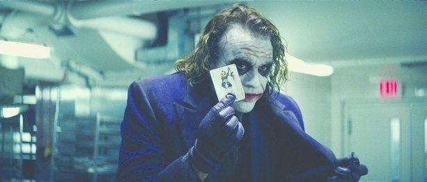 """【写真を見る】個性派俳優たちが作り上げてきた、""""悪のカリスマ""""ジョーカー像を振り返る(『ダークナイト』)"""