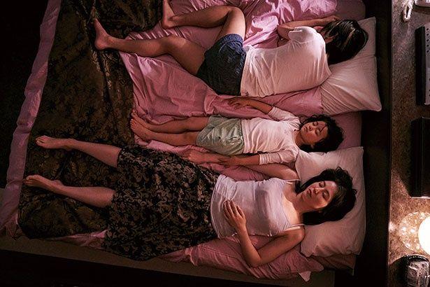転々と流浪する生活を送る秋子と子供たちが、ラブホテルのベッドで川の字に眠る
