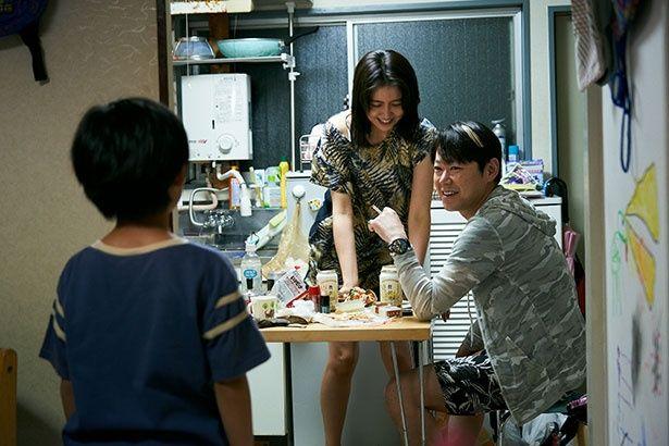 秋子と内縁の夫になるホスト役の阿部サダヲが、幼少期の周平を茶化すように笑うシーンも